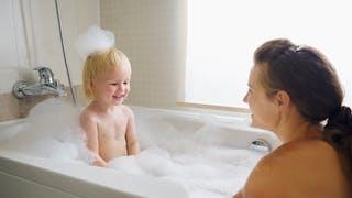 mère prend un bain avec enfant
