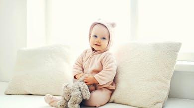 Une jolie petite fille avec son doudou