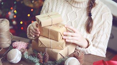 femme préparant cadeaux DIY