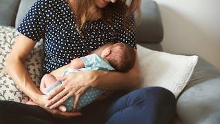 femme avec bébé au sein