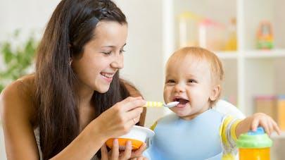 maman donnant à manger à la cuillère à son bébé