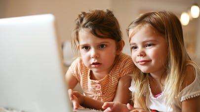 Deux fillettes devant un ordinateur