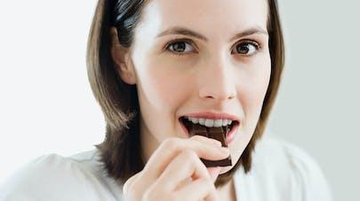 femme mangeant du chocolat