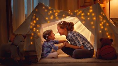 mère et fille sous une tente illuminée