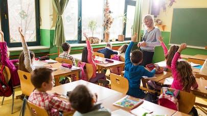 élèves du primaire dans une classe