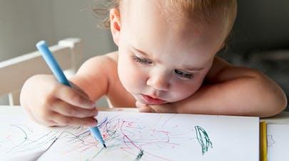 bébé dessine
