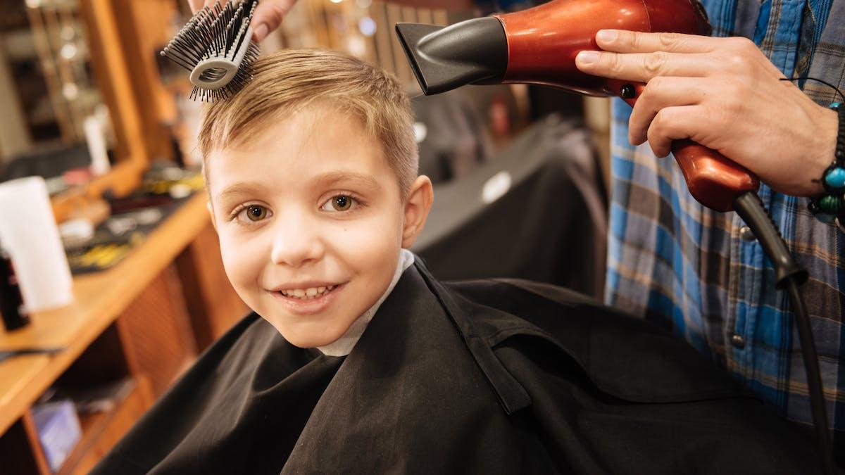 garçon chez le coiffeur