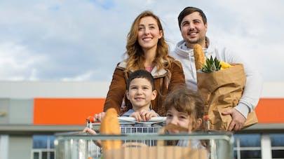 famille devant un supermarché