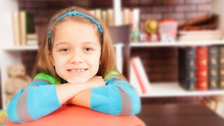 petite fille dans une bibliothèque