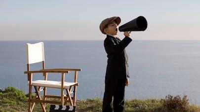 petit garçon qui fait du cinéma