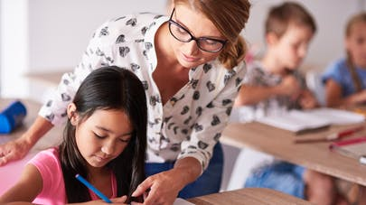 auxiliaire de vie scolaire et enfant