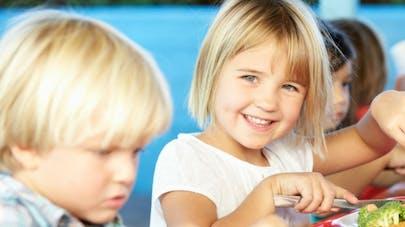 enfants primaire à la cantine