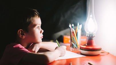 Lettre au Père Noël: un petit enfant l'écrit avec un gros chagrin