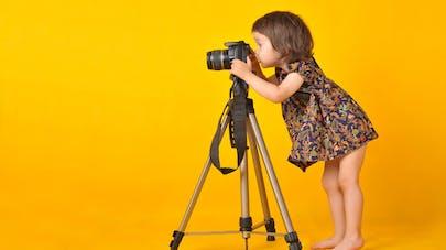 petite fille derrière un appareil photo