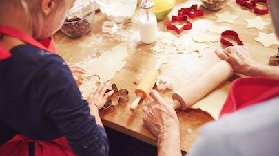 grand-mère et sa petite fille confectionnant des gâteaux