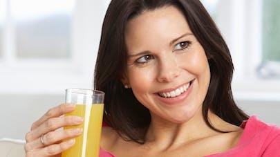 femme enceinte buvant une boisson sucrée
