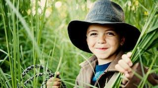 Un enfant au look digne d'Indiana Jones