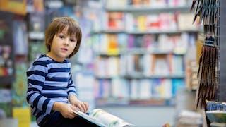 un garçon lisant une BD