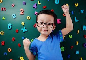 enfant devant des chiffres