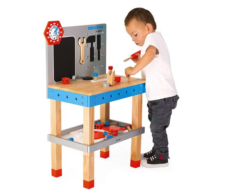 enfant qui joue à bricoler sur l'établi en bois Janod