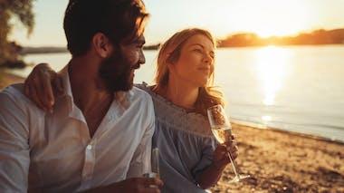 couple prend un verre de champagne sur la plage