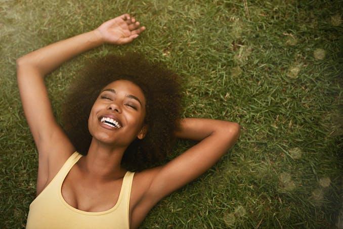 Une femme allongée dans l'herbe
