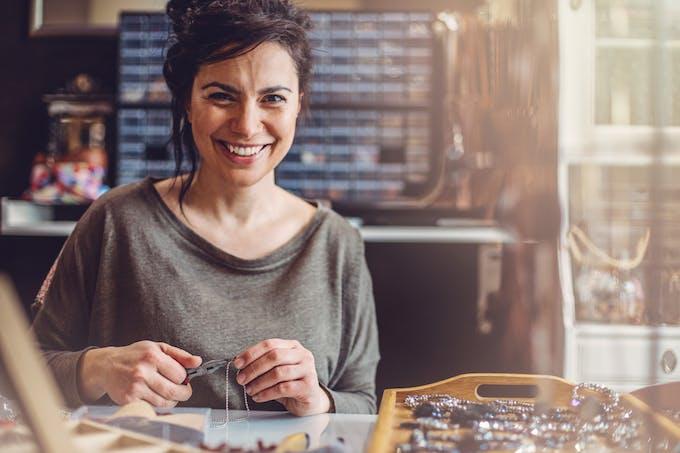 femme devant une table