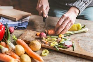 femme qui prépare des légumes racines