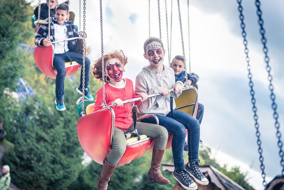 Sur une attractions des enfants s'amusent