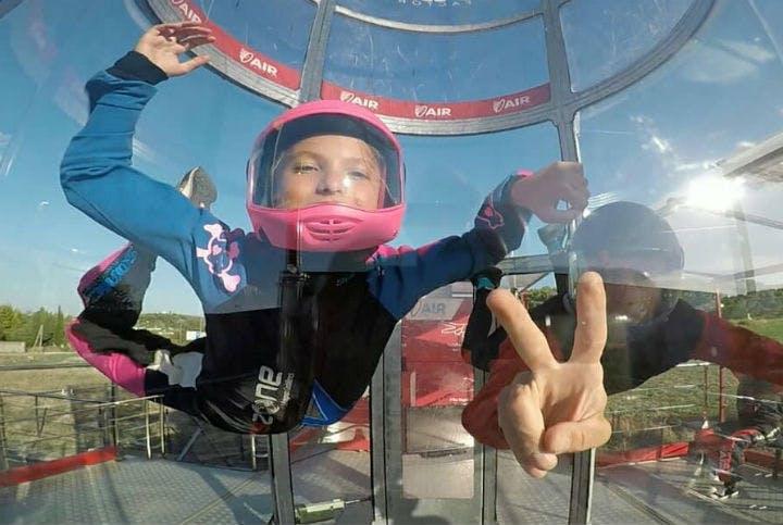 un enfant dans un simulateur de vol