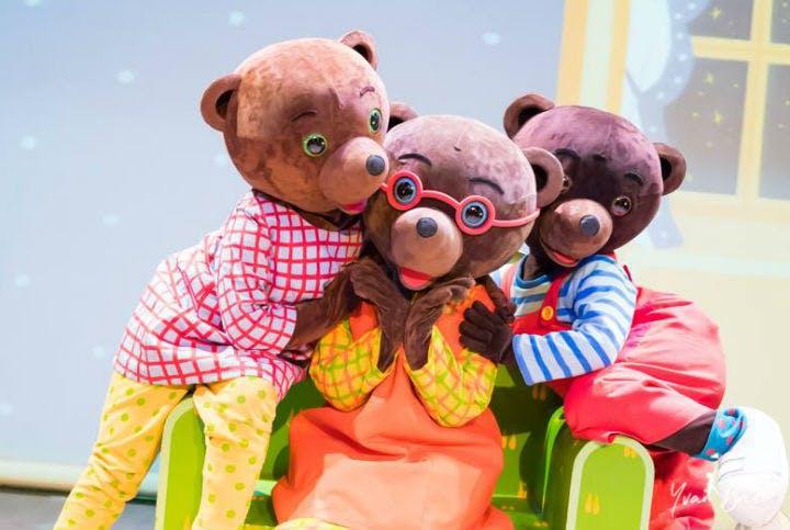 Petit ours brun sur scène
