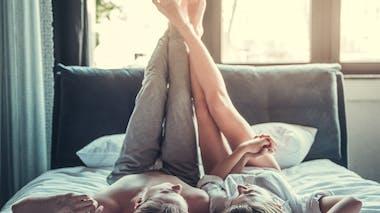 couple sur un lit après l'amour, les jambes en l'air
