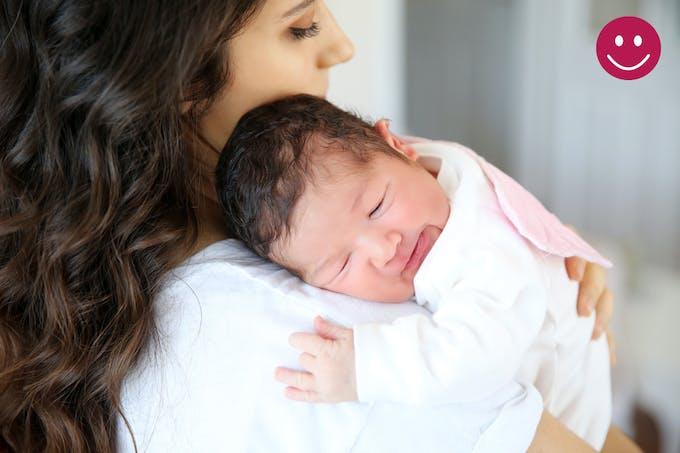 bébé sur l'épaule de sa maman après le biberon