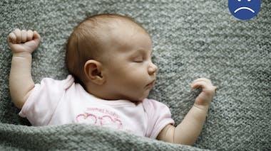 bébé endormi sous une couverture