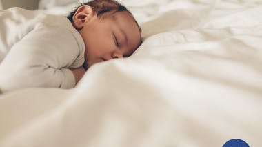 Les bons gestes pour coucher bébé en toute sécurité   PARENTS.fr 29a0ec2753f
