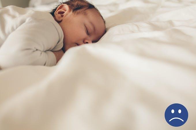 nouveau-né dort sur le ventre