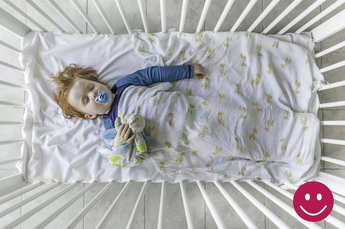 bébé dans un lit à barreaux