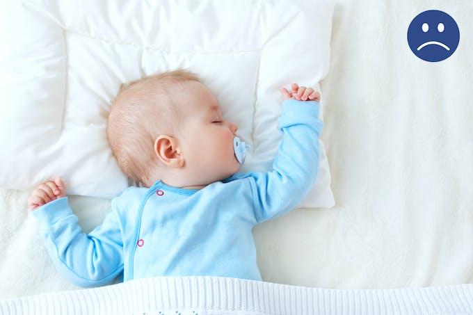 bébé endormi sur un oreiller