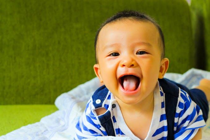 bébé qui rit à gorge déployée