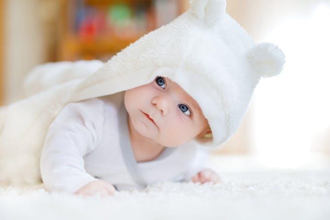bébé mignon tout en blanc