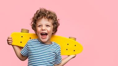 garçon avec un skate-board