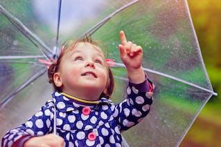 enfant sous un parapluie
