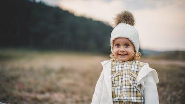 petite fille habillée pour l'hiver