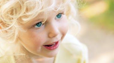 petite fille blonde qui sourit