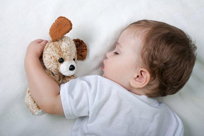bébé endormi avec doudou