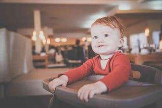 bébé roux très joli
