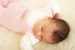 bébé endormi et couché