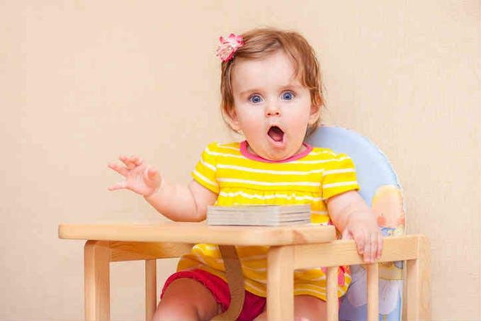 petite fille sur son siège haut