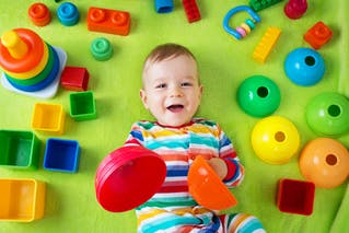 petit garçon avec jouets