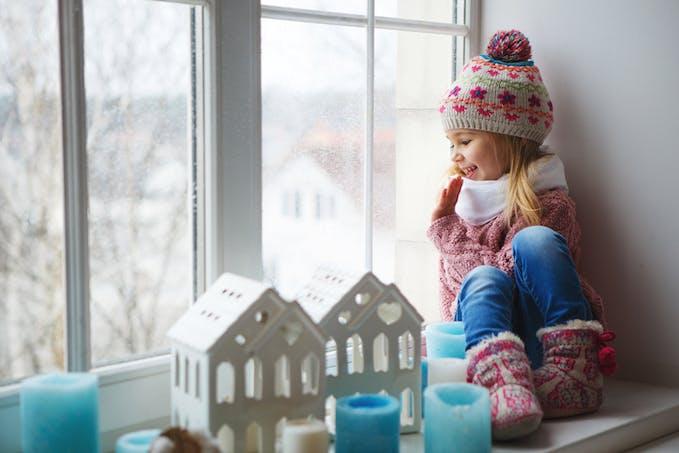 petite fille dans une maison